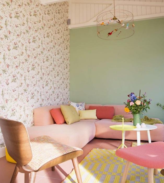 sala con diseño de interiores en colores pastel, amarillo claro, verde menta, rosa claro, azul celeste sillas de madera, sillones de colores, pared color verde pastel, flores