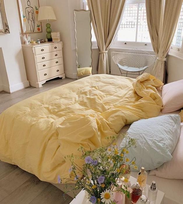 recámara, habitación con diseño de interiores en colores pastel, amarillo claro, verde menta, rosa claro, azul celeste sillas de madera, sillones de colores, pared color verde pastel, flores