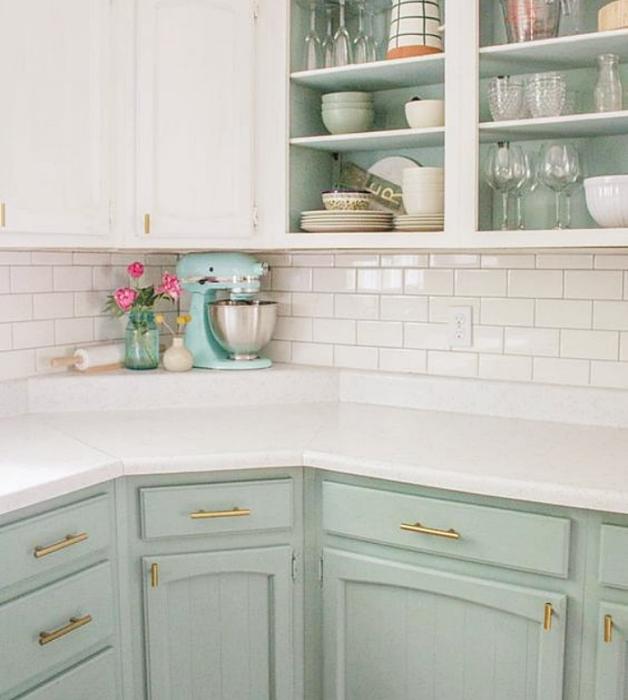 cocina con diseño de interiores en colores pastel, amarillo claro, verde menta, rosa claro, azul celeste sillas de madera, sillones de colores, pared color verde pastel, flores