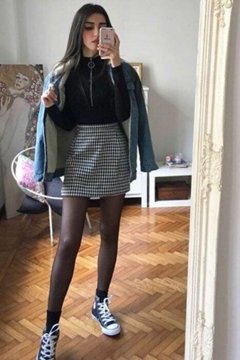chica llevando outfit con falda a cuadros y medias;13 Outfits colegiales por sí extrañas tus días de escuela