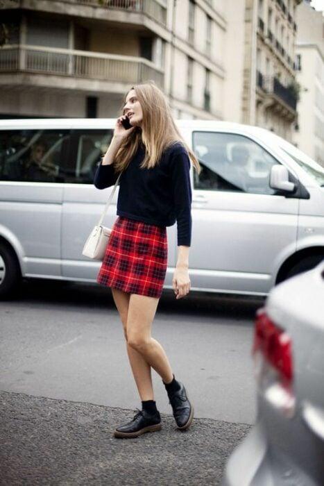 chica llevando outfit con falda a cuadros y botas militar negro; ;13 Outfits colegiales por sí extrañas tus días de escuela
