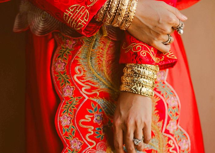 mano de novia en china con vestido típico de la cultura china