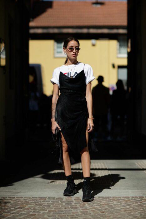 Chica usando un vestido de satín en color Negro