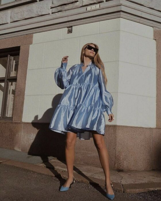 Chica usando un vestido de satín en color azul cielo