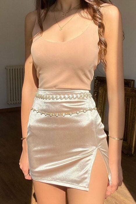 Chica usando una falda de satín