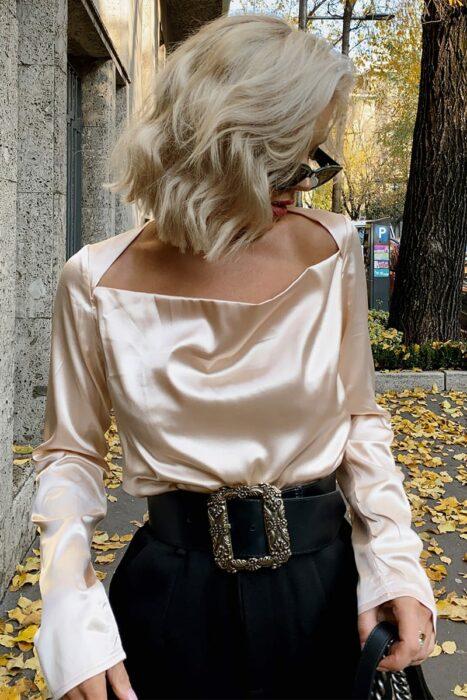 Chica usando una blusa de satín en color beige