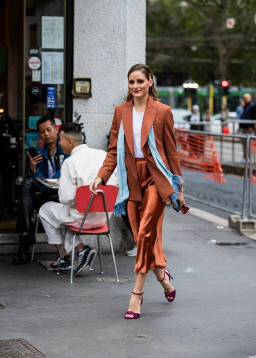 Chica usando unos pantalones de satín con un saco