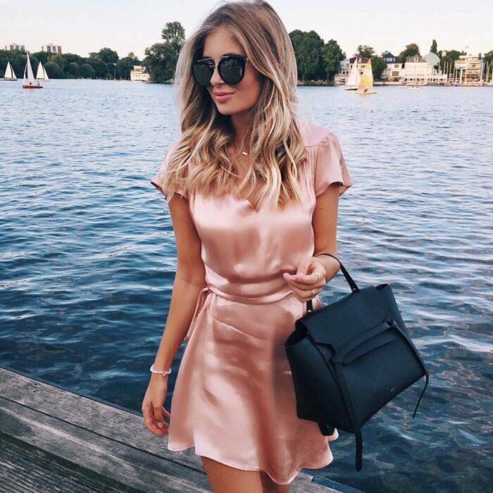 Chica usando un vestido de satín en color rosa