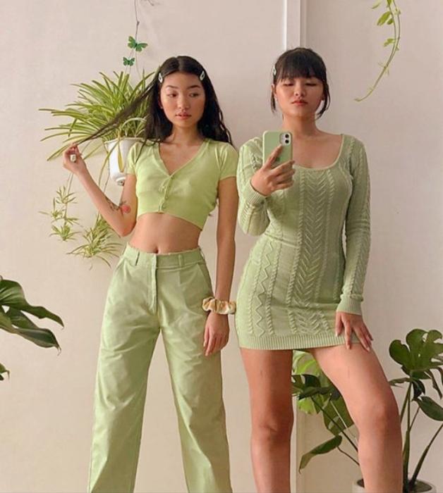 chicas de cabello oscuro, crop top de manga corta verde claro, pantalones holgados verde claro, minifalda verde claro, top de manga larga verde claro