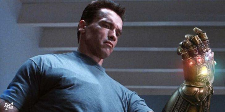 Arnold Schwarzenegger sosteniendo en su mano el guante con las gemas del infinito