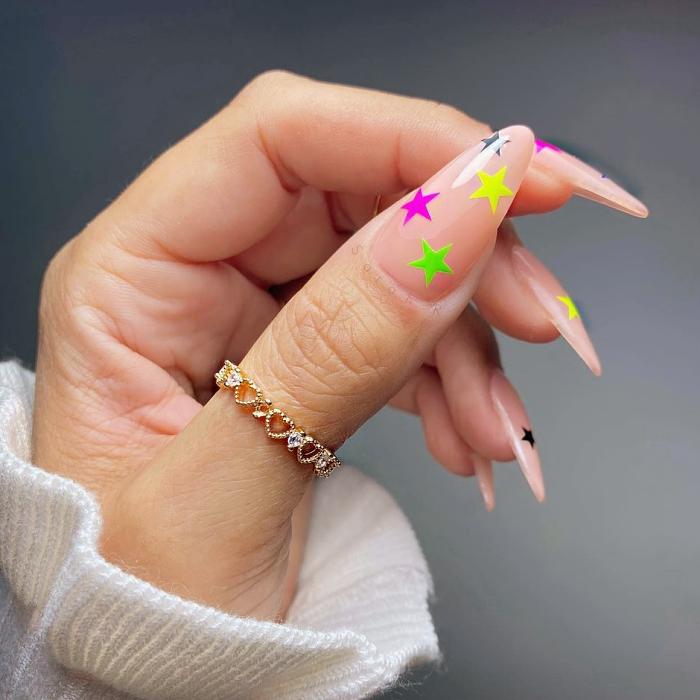 uñas con diseño colorido en tonos rosa, morado, lila, con flores, arcoíris, animal print, tonos verde, rosa, morado, azul pastel, anillos de oro