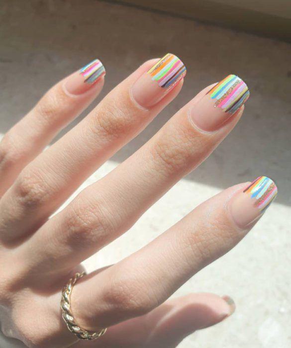 manicura francés con líneas de colores;13 Lindas ideas para llenar tus uñas de colores