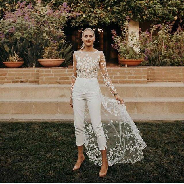 chica usando mono blanco para la boda; 15 Vestidos de novia sencillos y bonitos que te harán decir 'Si, acepto'
