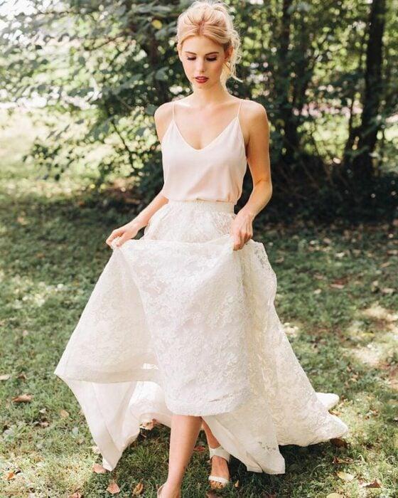 chica llevando falda y blusa de tirantes; 15 Vestidos de novia sencillos y bonitos que te harán decir 'Si, acepto'