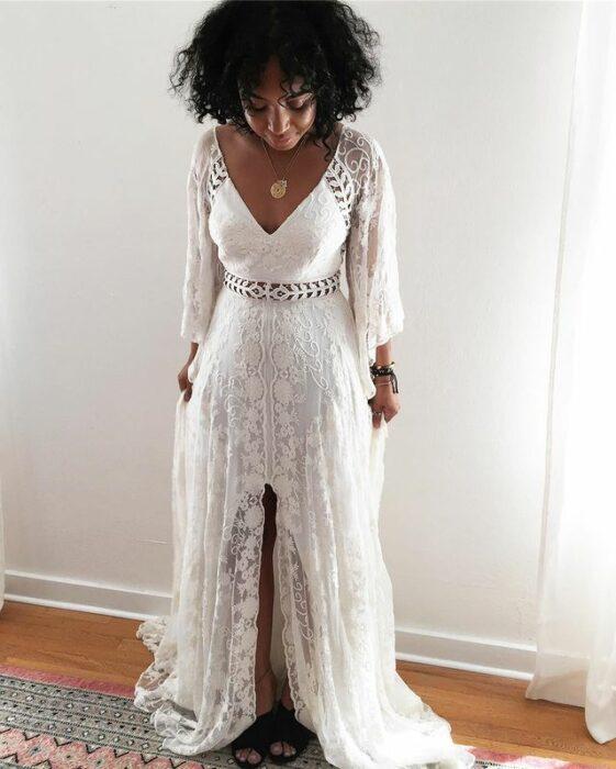 chica llevando vestido de novia con encaje; 15 Vestidos de novia sencillos y bonitos que te harán decir 'Si, acepto'