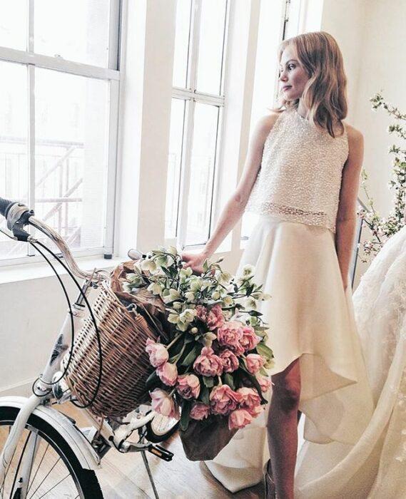 vestido de tirantes con falda de encaje para boda; 15 Vestidos de novia sencillos y bonitos que te harán decir 'Si, acepto'