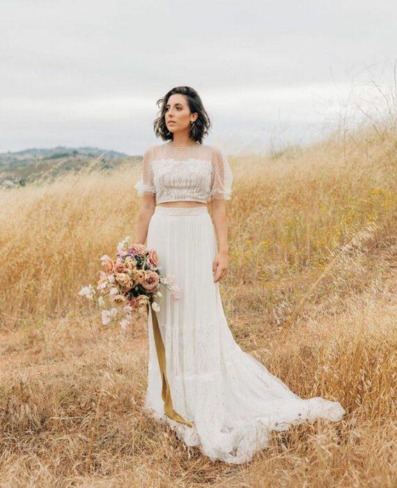 chica llevando traje de dos piezas para la boda; 15 Vestidos de novia sencillos y bonitos que te harán decir 'Si, acepto'