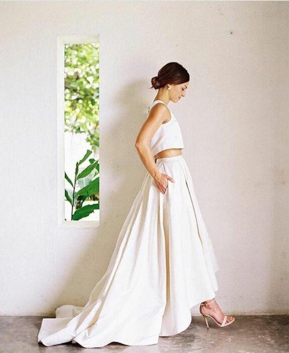 Chica llevando falta y crop top a boda; 15 Vestidos de novia sencillos y bonitos que te harán decir 'Si, acepto'