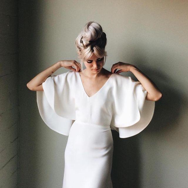 chica llevando un vestido de manga ancha a su boda; 15 Vestidos de novia sencillos y bonitos que te harán decir 'Si, acepto'
