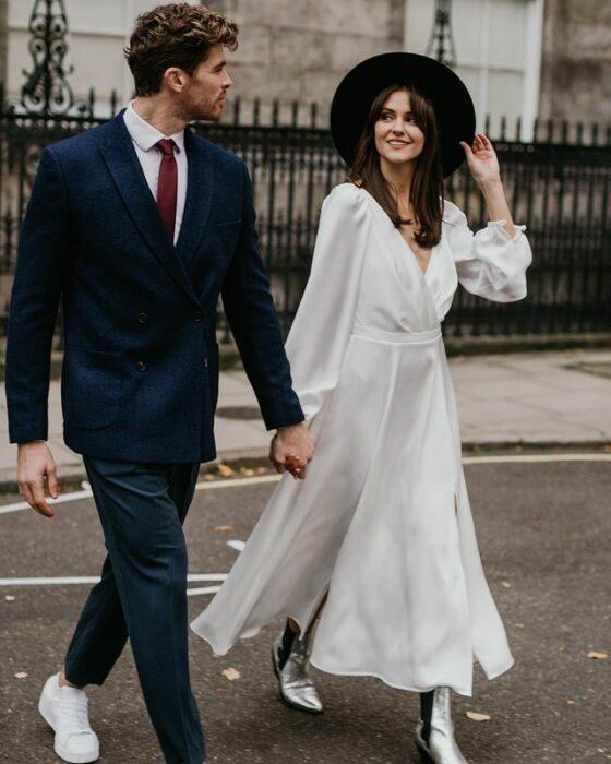 pareja de novios caminando tomados de las manos; 15 Vestidos de novia sencillos y bonitos que te harán decir 'Si, acepto'