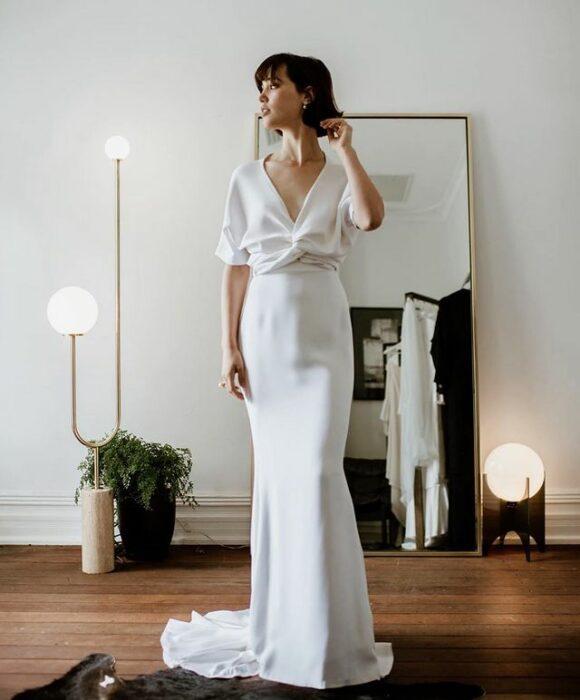 chica llevando vestido ceñido con cola ancha; 15 Vestidos de novia sencillos y bonitos que te harán decir 'Si, acepto'