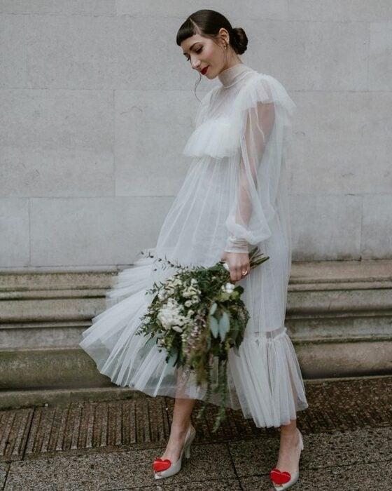 chica llevando vestido ampón con encaje; 15 Vestidos de novia sencillos y bonitos que te harán decir 'Si, acepto'