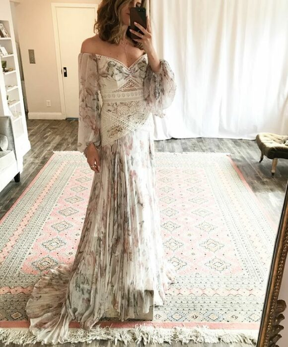 chica llevando vestido de boda con flores; 15 Vestidos de novia sencillos y bonitos que te harán decir 'Si, acepto'