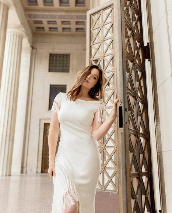chica llevando vestido en blanco para boda; 15 Vestidos de novia sencillos y bonitos que te harán decir 'Si, acepto'