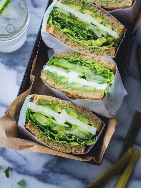 Sándwich de aguacate con espinacas  ;10 Desayunos tan saludables y deliciosos que te harán agua la boca
