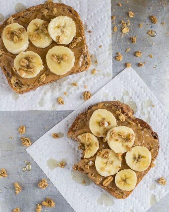 Tostada de mantequilla de maní ;10 Desayunos tan saludables y deliciosos que te harán agua la boca