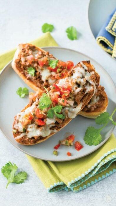 Molletes integrales con queso de cabra ;10 Desayunos tan saludables y deliciosos que te harán agua la boca