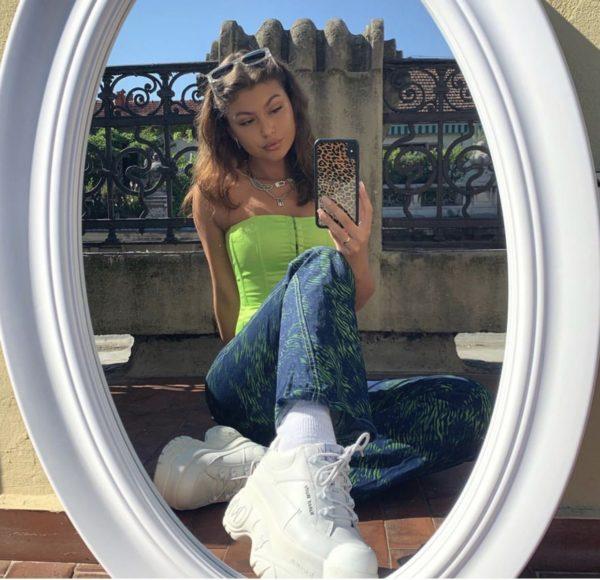 chica con corsé en tono verde limón ;13 Corsés que te harán ver como una princesa moderna