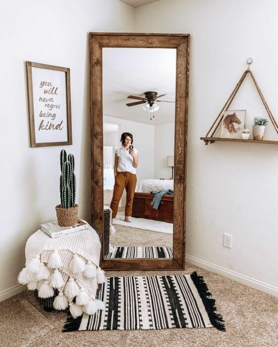 cactus decorativo frente a un espejo ;13 Ideas para decorar tu depa con tantas plantas como desees
