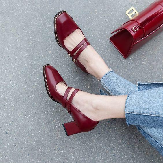 mujer mostrando zapatos neuvos;13 Regalos chulos y originales para sorprender a mamá en su día