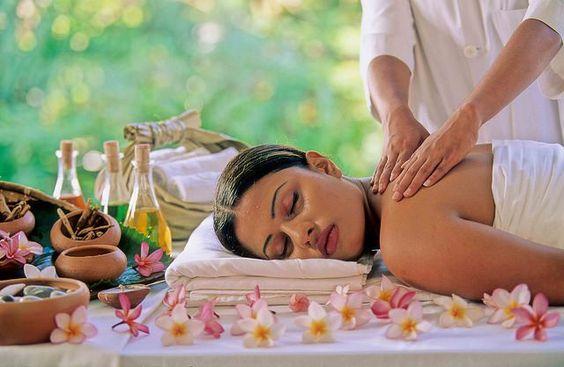 mujer recibiendo masaje relajante ;13 Regalos chulos y originales para sorprender a mamá en su día