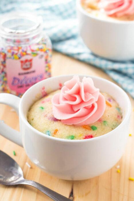 pastelillo estilo confeti ;13 Sencillas rectas para hacer 'mug cakes' en microondas