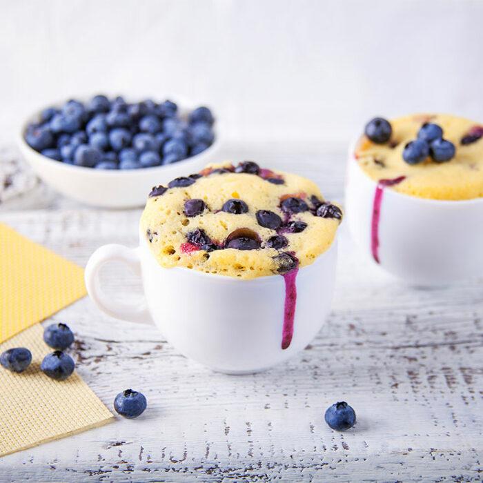 pastelillo con arándanos ;13 Sencillas rectas para hacer 'mug cakes' en microondas