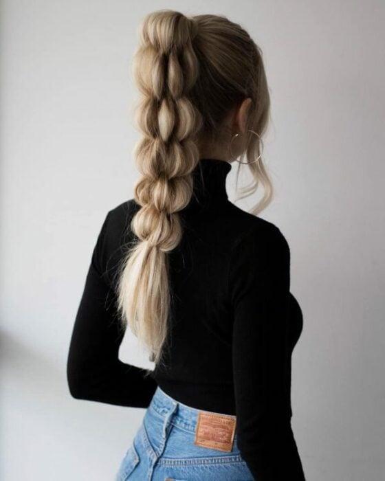 Chica con coleta alta de trenzas bubble o burburja ;13 Trenzas estilo 'bubble' para darle un giro a tu clásico peinado