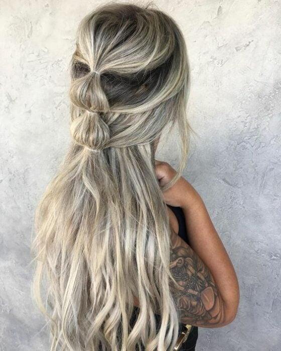 Chica con media coleta de trenzas bubble o burburja;13 Trenzas estilo 'bubble' para darle un giro a tu clásico peinado