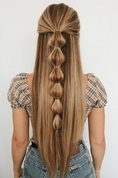Chica con media coleta de trenzas bubble o burburja ;13 Trenzas estilo 'bubble' para darle un giro a tu clásico peinado