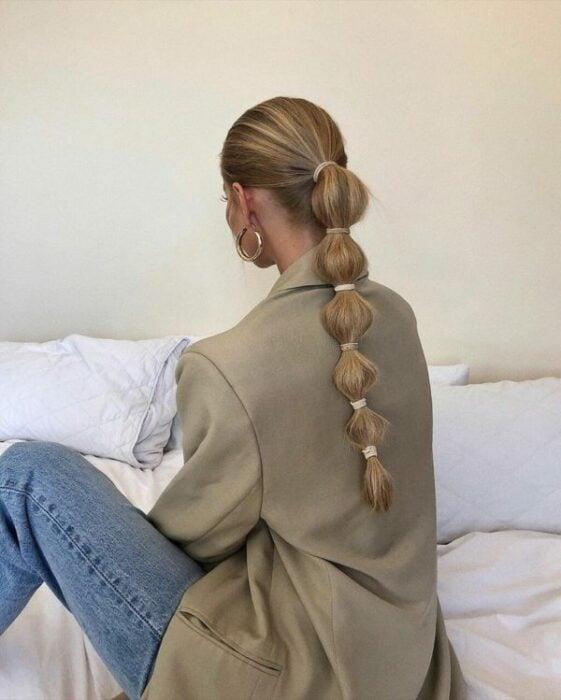 Chica con coleta baja de trenzas bubble o burburja;13 Trenzas estilo 'bubble' para darle un giro a tu clásico peinado