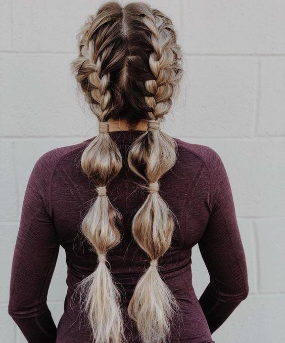 Chica con coletas bajas de  trenzas bubble o burburja;13 Trenzas estilo 'bubble' para darle un giro a tu clásico peinado