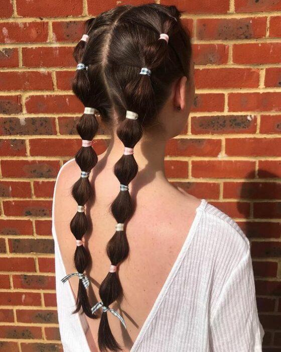 Chica con trenzas altas y largas de  bubble o burburja;13 Trenzas estilo 'bubble' para darle un giro a tu clásico peinado