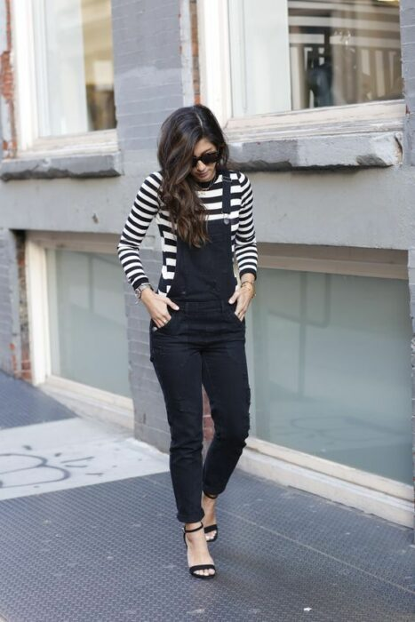 Chica llevando overol negro ;14 Ideas para vestir como la reina de la primavera