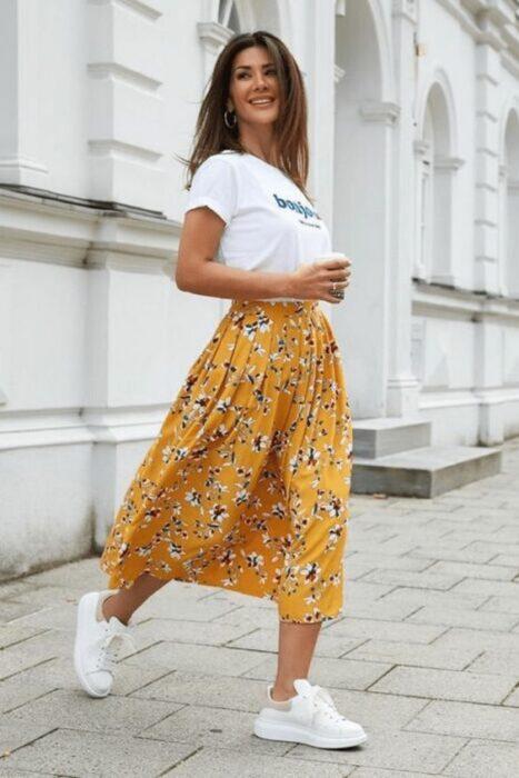 chica con falda larga y tenis ;14 Ideas para vestir como la reina de la primavera