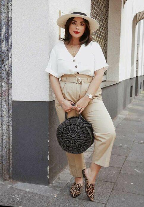 chica con jeans y mocasines ;14 Ideas para vestir como la reina de la primavera