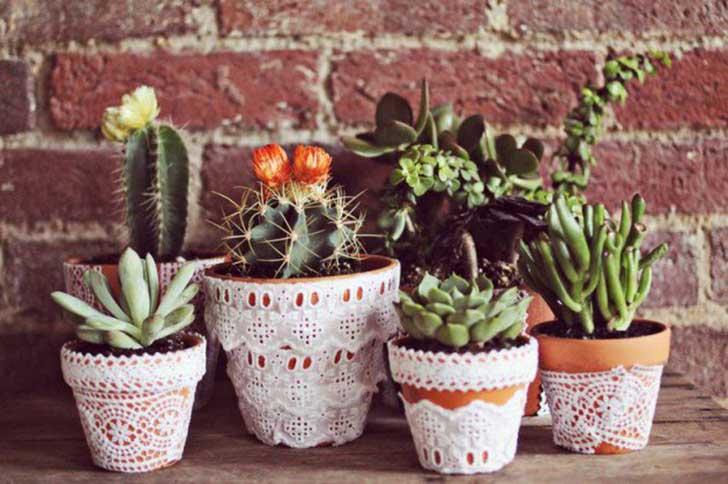 Maceta decorada con encaje ;14 Macetas aesthetic para que tus plantas se ven bien chulas