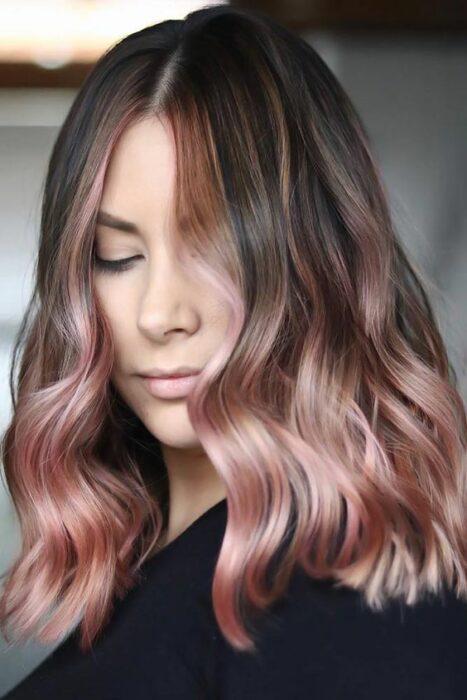 chica con cabello teñido en tono rose de las puntas ;14 Pruebas de que el tinte rose blonde es la nueva tendencia