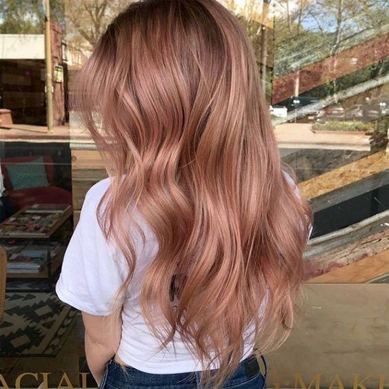 chica con cabello en ondas en tono rose ;14 Pruebas de que el tinte rose blonde es la nueva tendencia