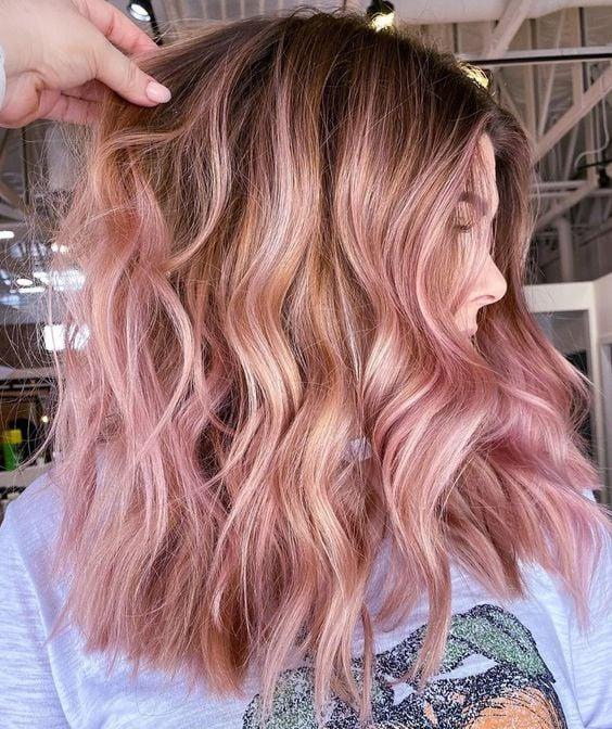 chica con cbaello teñido en tono rose con platinos ;14 Pruebas de que el tinte rose blonde es la nueva tendencia